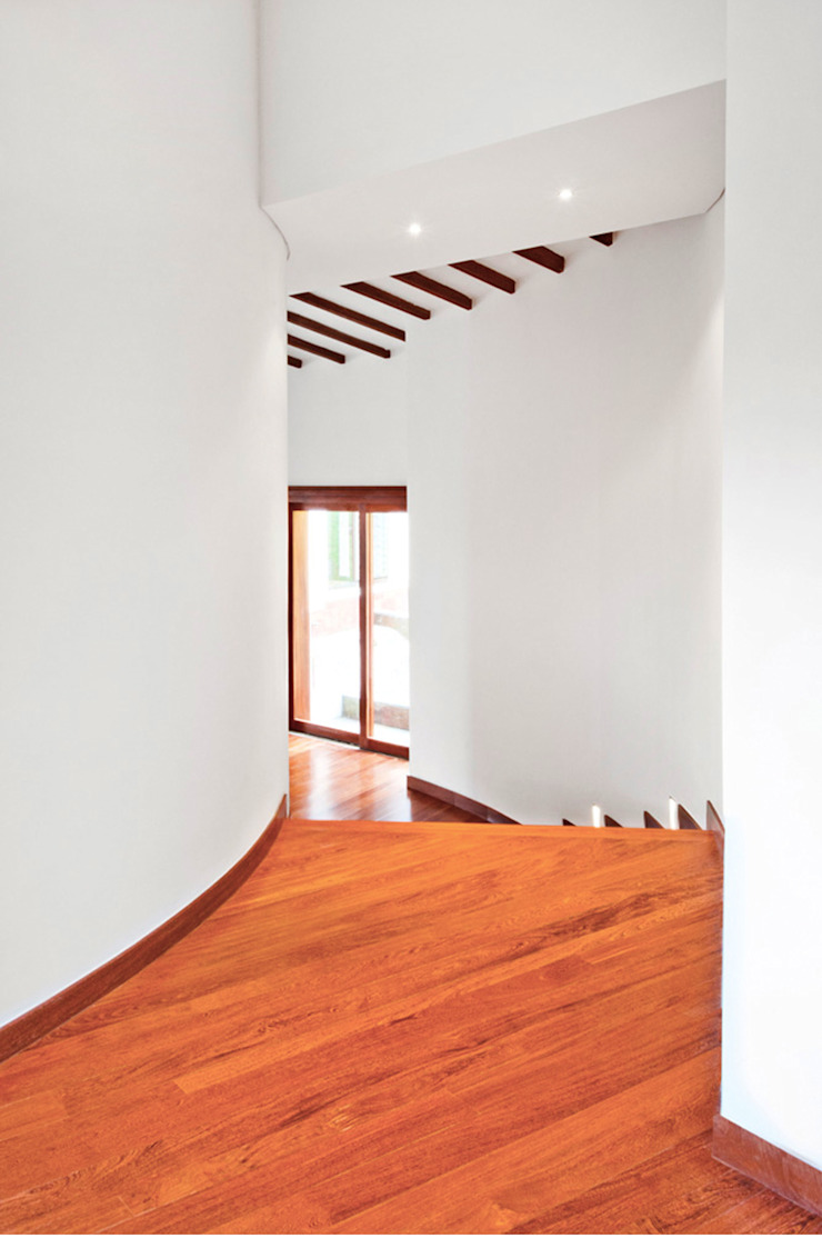CASA ALCAPANI - Acceso Cuartos de Diverción - Pasillos, vestíbulos y escaleras de estilo clásico de FR ARQUITECTURA S.A.S. Clásico