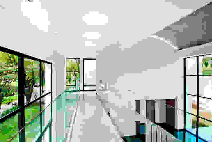 CASA - EL RETIRO ANTIOQUIA - Pasillos, vestíbulos y escaleras de estilo moderno de FR ARQUITECTURA S.A.S. Moderno