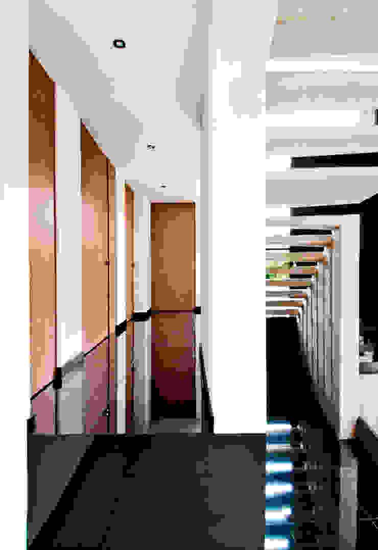 CASA – EL RETIRO ANTIOQUIA - Pasillos, vestíbulos y escaleras de estilo moderno de FR ARQUITECTURA S.A.S. Moderno
