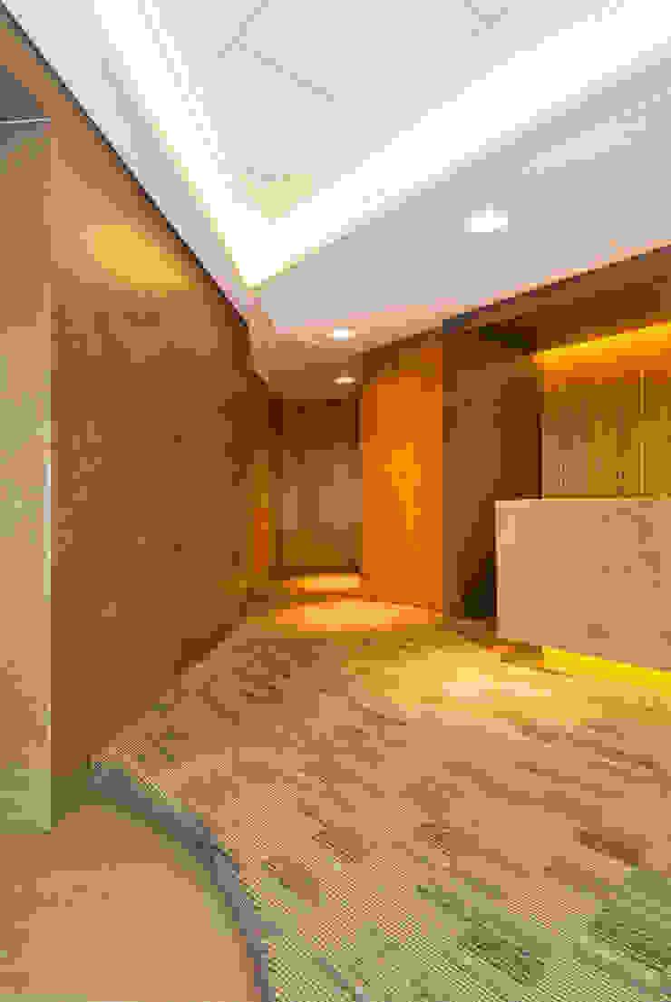 OFICINAS BOGOTA Estudios y despachos de estilo moderno de FR ARQUITECTURA S.A.S. Moderno