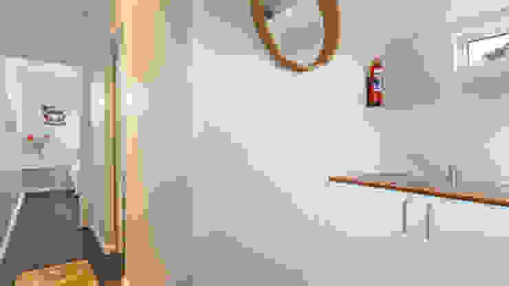 現代風玄關、走廊與階梯 根據 Umnyama Ikhaya 現代風