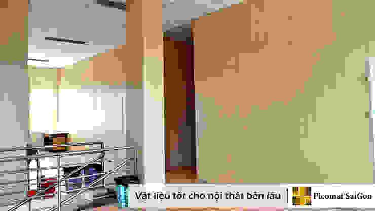 Ốp cột , ốp cầu thang trùng màu với vách ngăn nhựa dán vân gỗ bởi Picomat Sài Gòn
