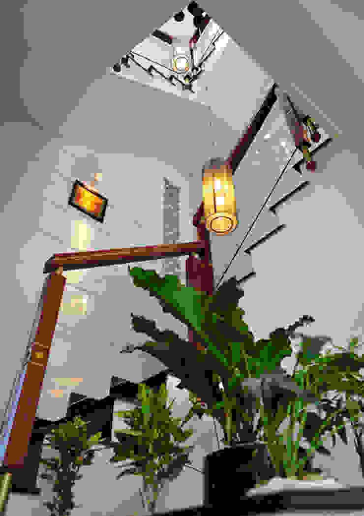 Thiết kế giếng trời mang ánh sáng vào nhà bởi Công ty TNHH Xây Dựng TM – DV Song Phát Hiện đại