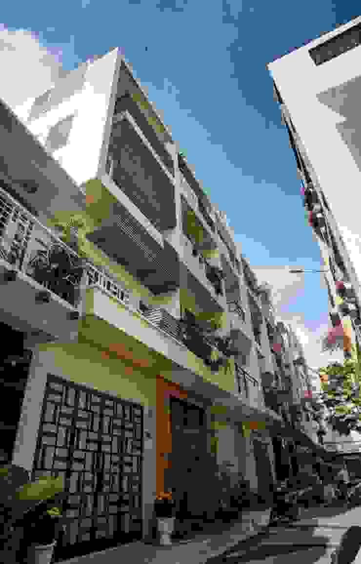 Chỉ với 4m mặt tiền nhưng căn nhà vẫn đáp ứng đầy đủ công năng sử dụng. bởi Công ty TNHH TK XD Song Phát Châu Á Đồng / Đồng / Đồng thau