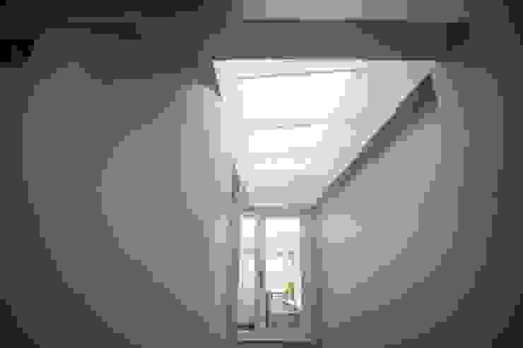 Khoảng thông tầng giúp điều chỉnh ánh sáng bên trong ngôi nhà. bởi Công ty TNHH TK XD Song Phát Châu Á Đồng / Đồng / Đồng thau