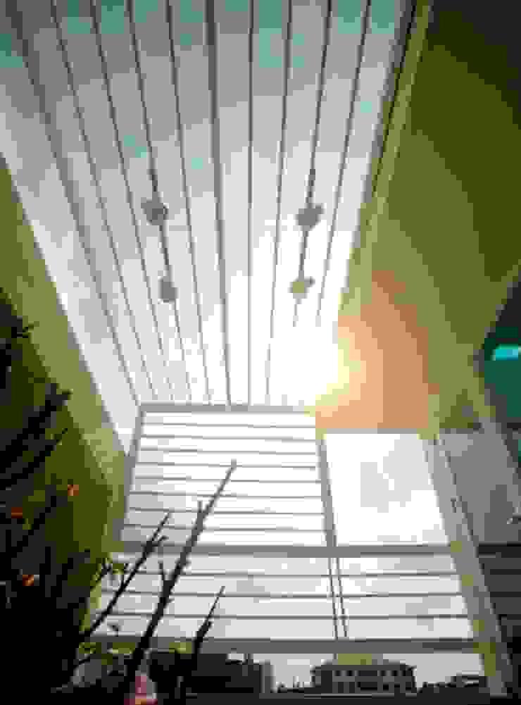 KTS đã sử dụng ô thoáng, mành cửa và giếng trời để sự thông thoáng. Hiên, sân thượng phong cách châu Á bởi Công ty TNHH TK XD Song Phát Châu Á Đồng / Đồng / Đồng thau
