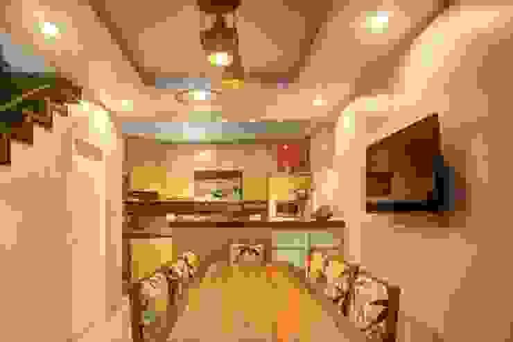 Khu bếp được bố trí chủ yếu bằng nội thất gỗ và ánh sáng đèn màu vàng. Phòng ăn phong cách châu Á bởi Công ty TNHH TK XD Song Phát Châu Á Đồng / Đồng / Đồng thau