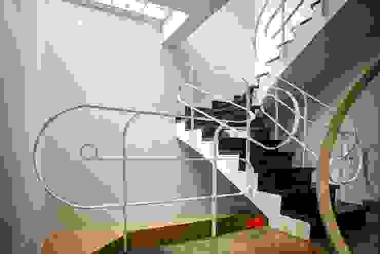 Lối cầu thang và sảnh lên tầng tạo thành điểm nhấn khá thú vị. bởi Công ty TNHH TK XD Song Phát Châu Á Đồng / Đồng / Đồng thau