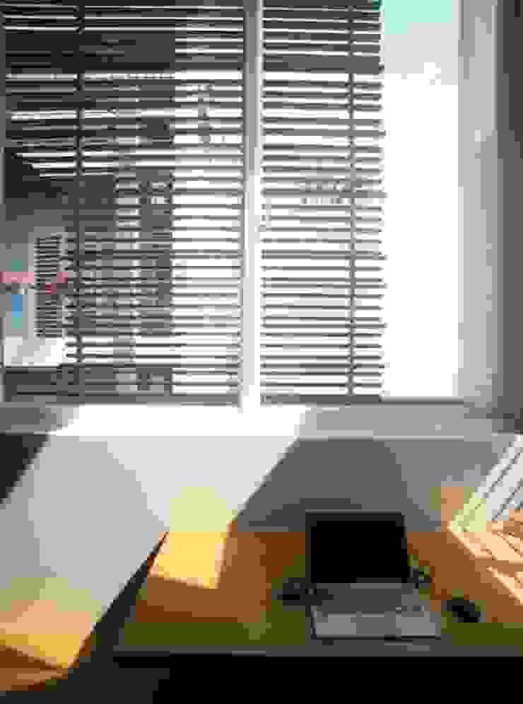 Sử dụng cửa mành như giải pháp tránh bức xạ nhiệt vào những hôm nắng gắt. bởi Công ty TNHH TK XD Song Phát Châu Á Đồng / Đồng / Đồng thau