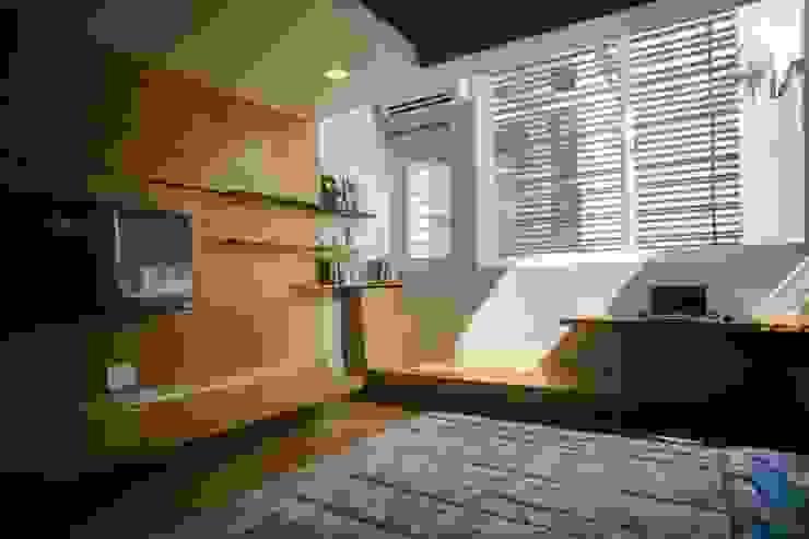 Không gian phòng ngủ riêng tư nhưng vẫn đảm bảo ánh sáng được điều chỉnh phù hợp. Phòng ngủ phong cách châu Á bởi Công ty TNHH TK XD Song Phát Châu Á Đồng / Đồng / Đồng thau