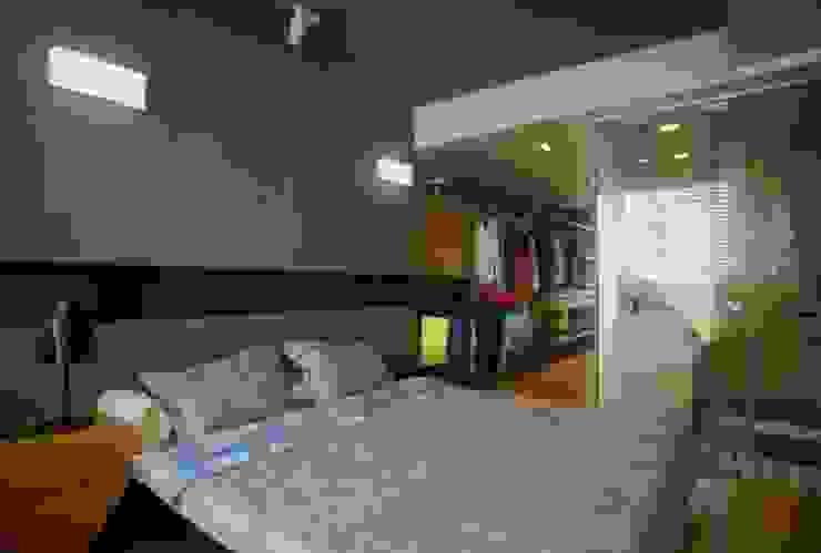 Phòng vệ sinh và phòng thay đồ được bố trí chung mang đến sự thoải mái cho gia chủ. Phòng ngủ phong cách châu Á bởi Công ty TNHH TK XD Song Phát Châu Á Đồng / Đồng / Đồng thau