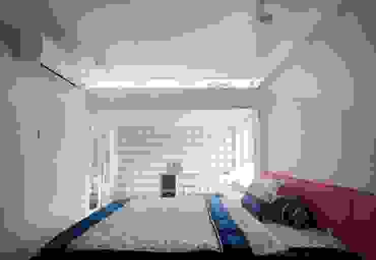 Phòng của bé nhiều màu sắc hơn với giường và bàn học được trang trí theo sở thích. Phòng ngủ phong cách châu Á bởi Công ty TNHH TK XD Song Phát Châu Á Đồng / Đồng / Đồng thau