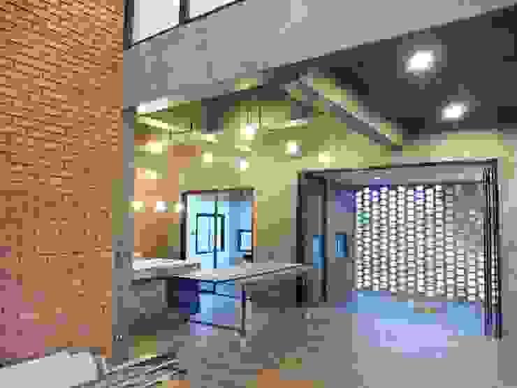 Outstanding loft: ทันสมัย  โดย TOTEM HOME , โมเดิร์น