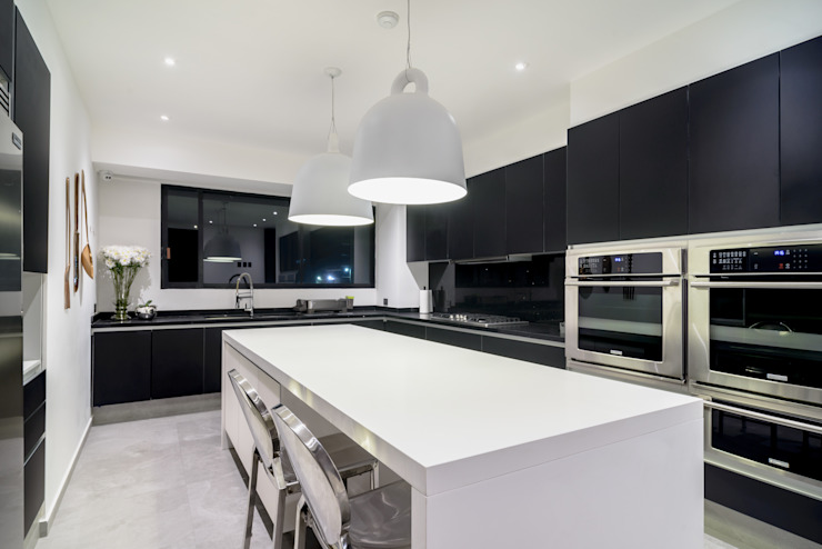 NIVEL TRES ARQUITECTURA Modern kitchen Glass Black