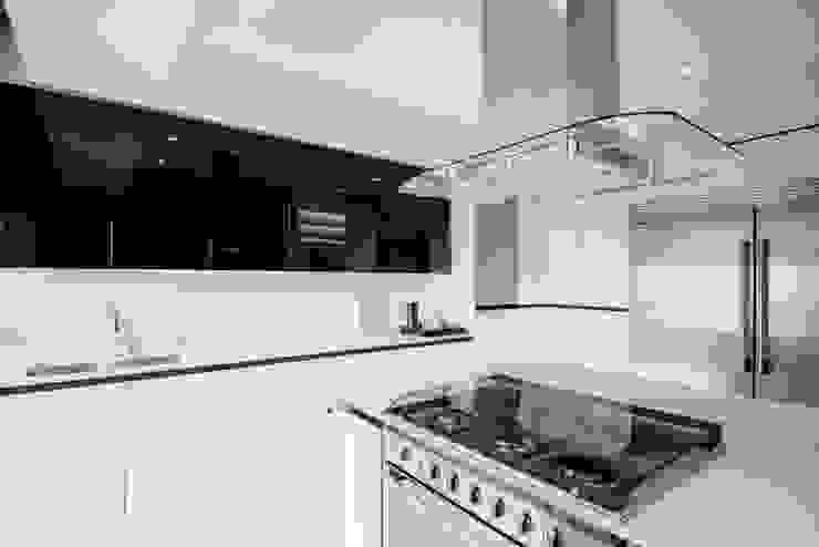 NIVEL TRES ARQUITECTURA Modern kitchen Chipboard Black