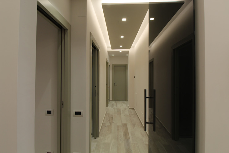 Poche modifiche, grandi cambiamenti! Ingresso, Corridoio & Scale in stile moderno di Studio di Progettazione e Design 'ARCHITÈ' Moderno