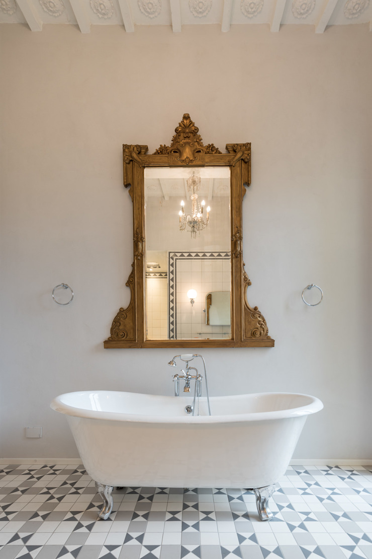 Classic style bathroom by Officine Liquide Classic