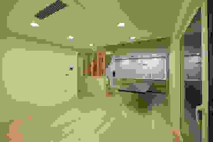 김해시 중목구조 주택 모던스타일 거실 by 블루하우스 코리아 모던