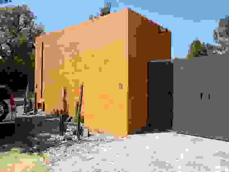 Fachada sobria, sin ventanas ni adornos Casas eclécticas de Alberto M. Saavedra Ecléctico Piedra