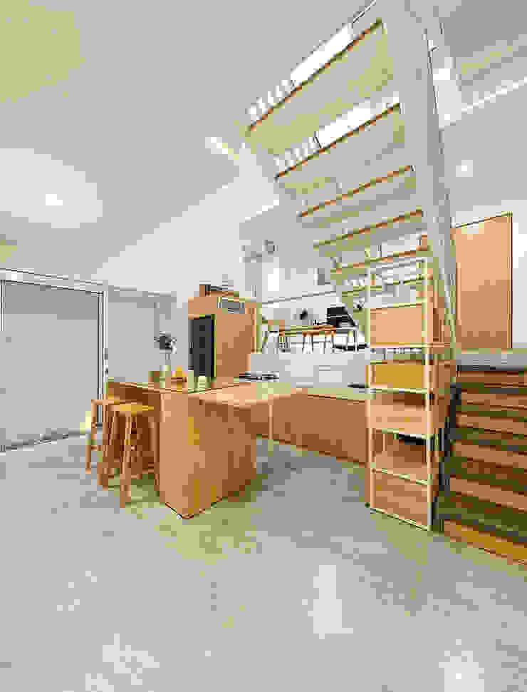 KTS đã thiết kế cho 1 nửa tầng nằm dưới lòng đất. Phòng ăn phong cách châu Á bởi Công ty TNHH TK XD Song Phát Châu Á Đồng / Đồng / Đồng thau