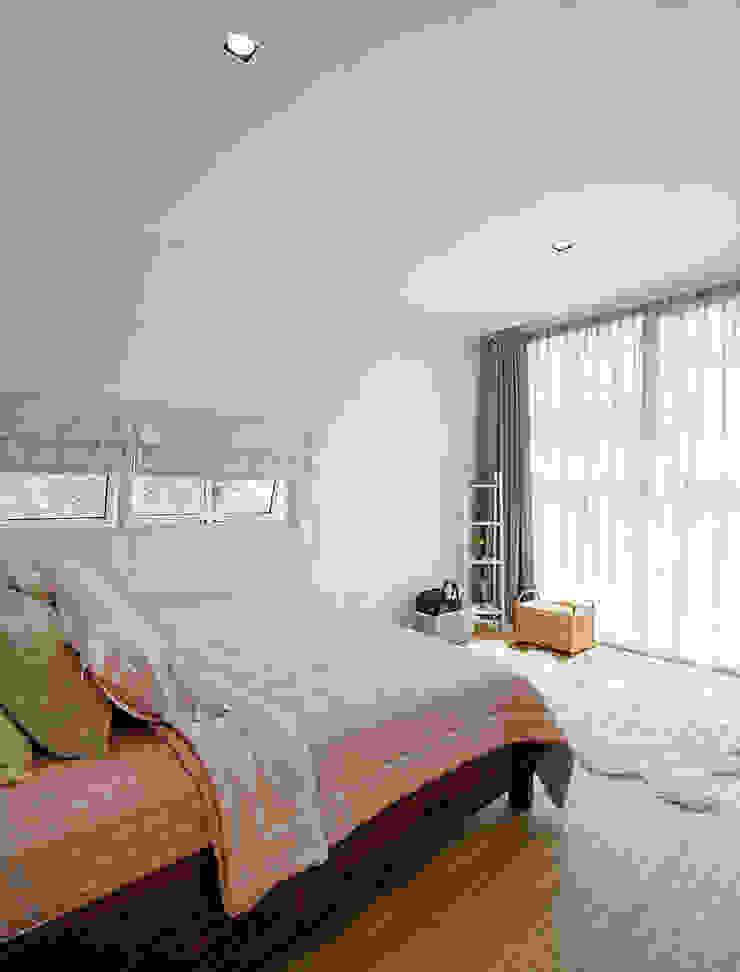Sự có mặt của vật liệu kính trong các không gian của ngôi nhà. Phòng ngủ phong cách châu Á bởi Công ty TNHH TK XD Song Phát Châu Á Đồng / Đồng / Đồng thau