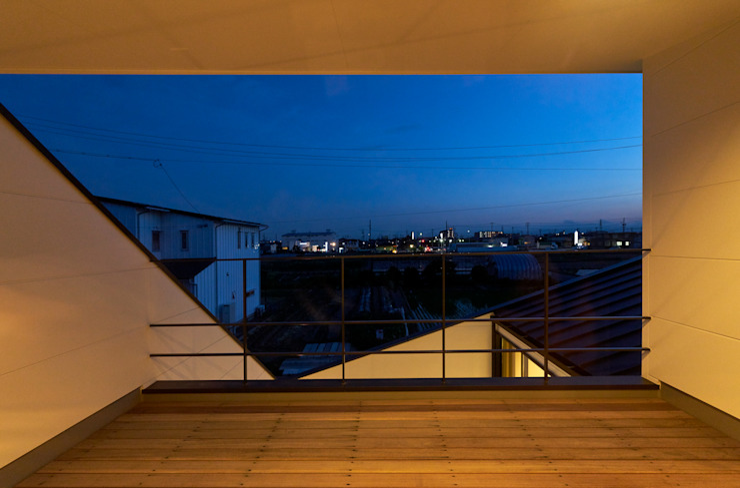 バルコニー(夜景) H建築スタジオ モダンデザインの テラス