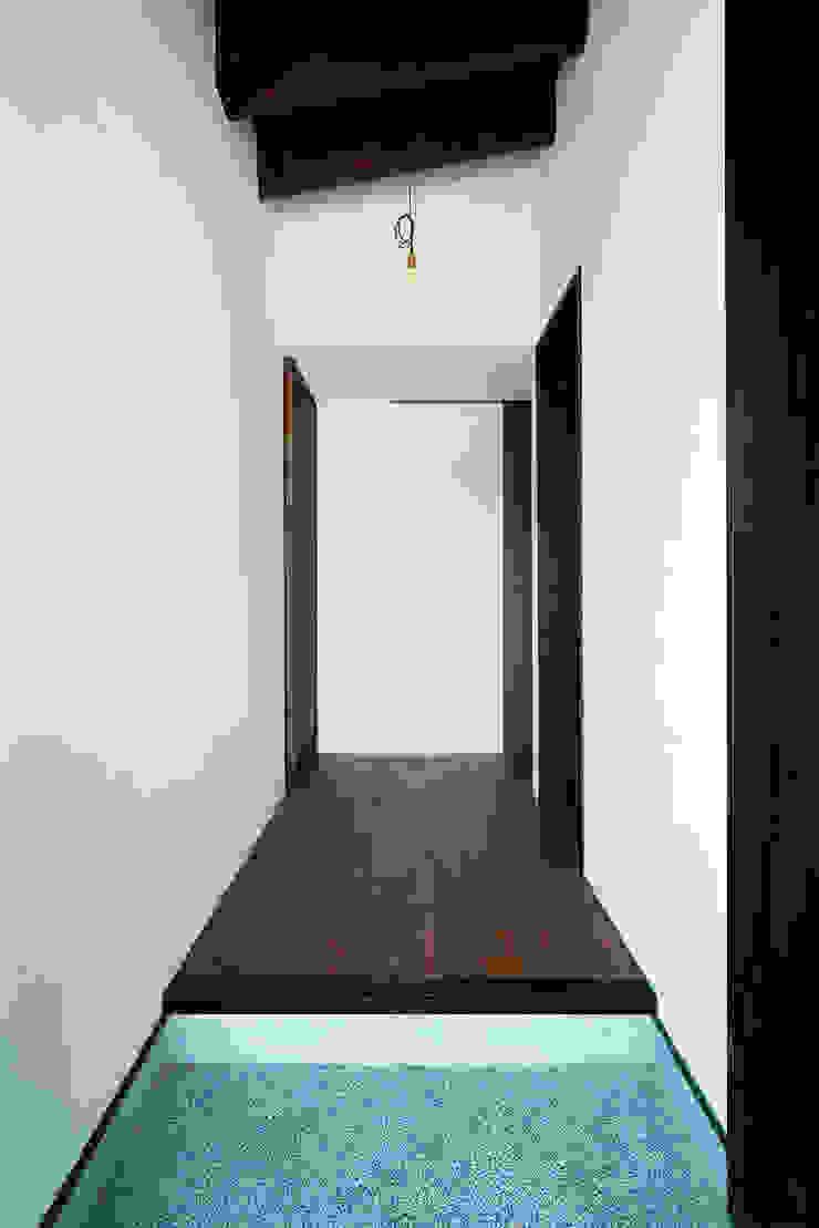 Asian style corridor, hallway & stairs by H建築スタジオ Asian