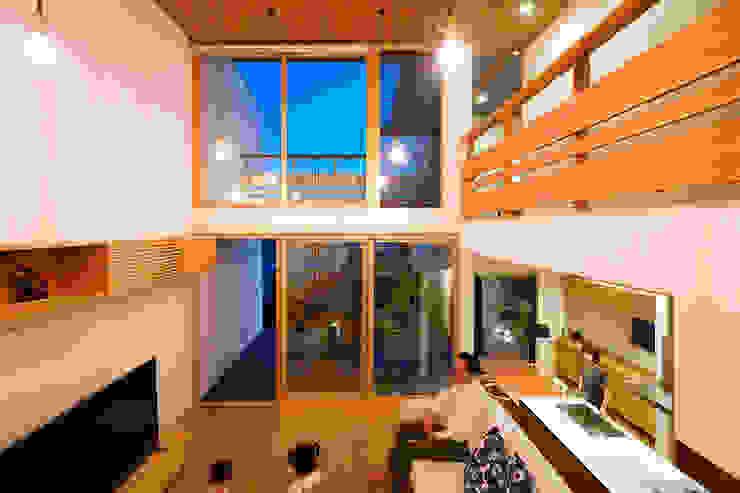 Salas / recibidores de estilo  por H建築スタジオ