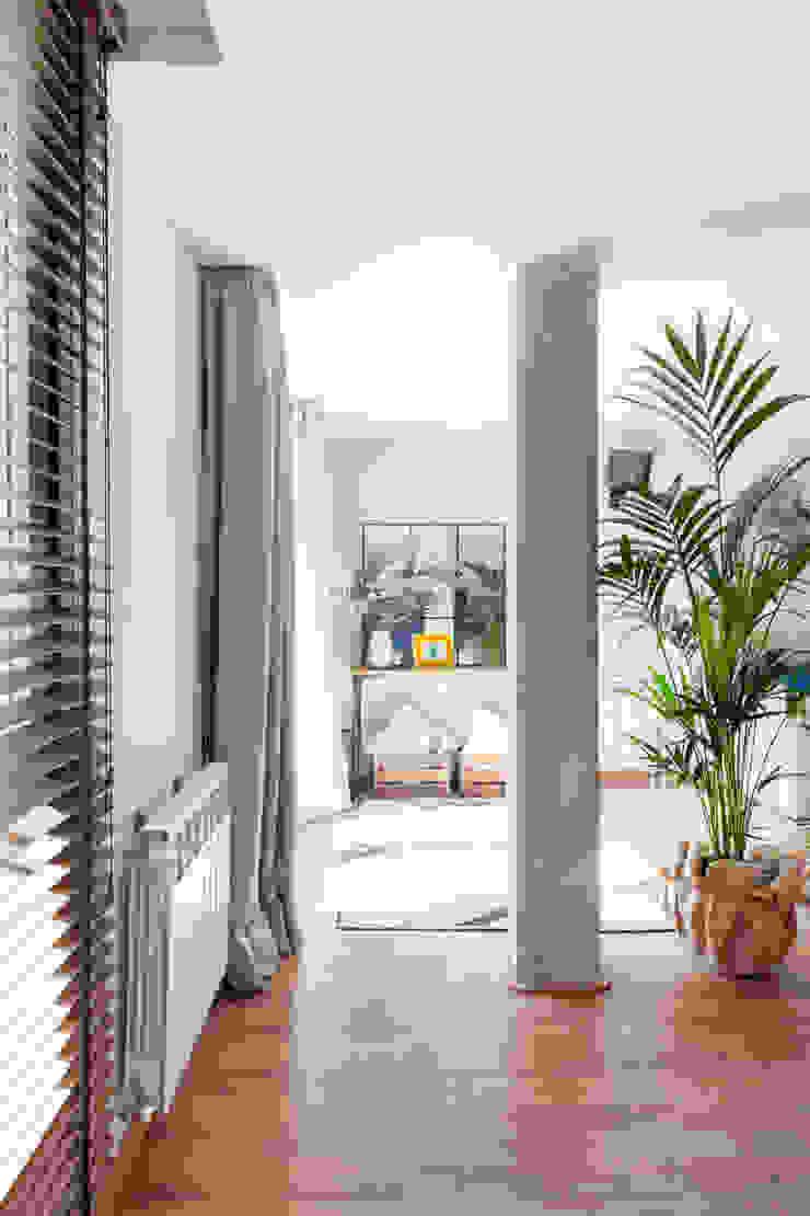 Reforma y Amueblamiento en sótano de vivienda unifamiliar adosada en Tres Cantos Salones de estilo industrial de itta estudio Industrial