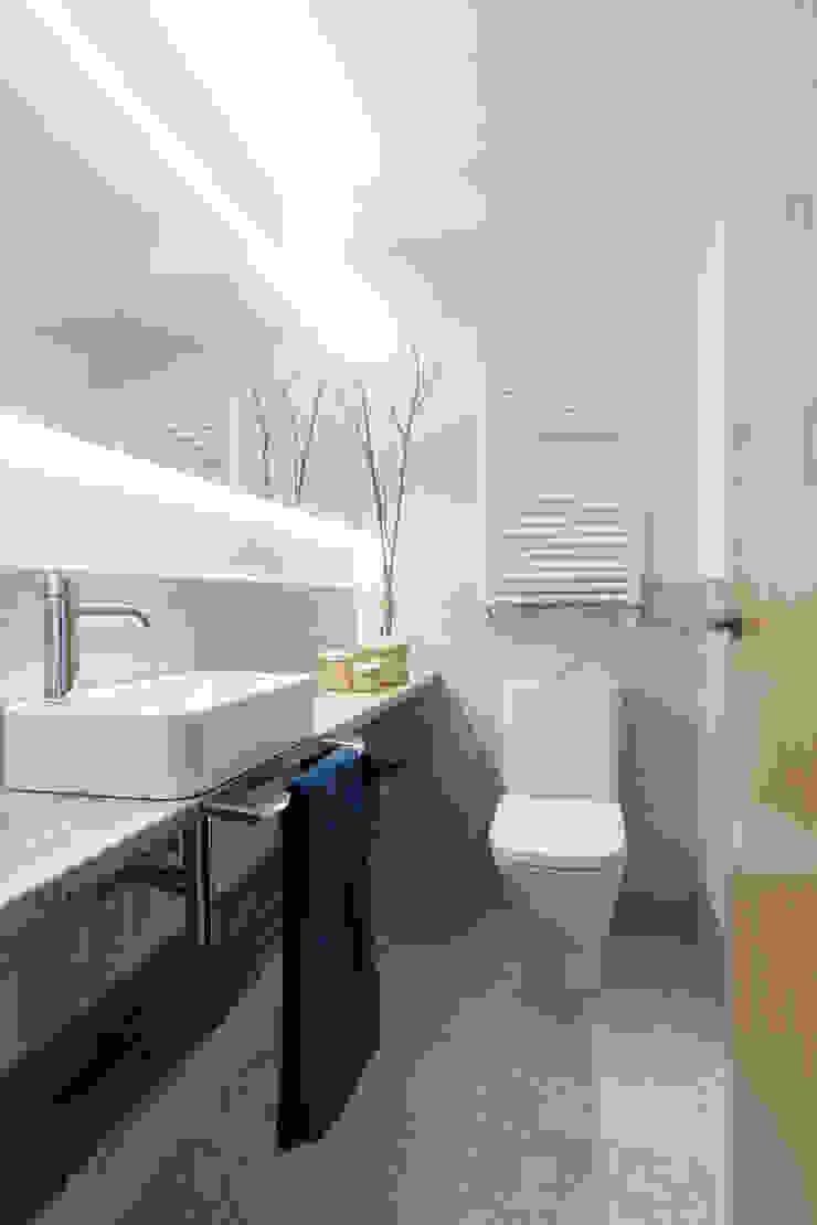 Reforma y Amueblamiento en sótano de vivienda unifamiliar adosada en Tres Cantos Baños de estilo minimalista de itta estudio Minimalista