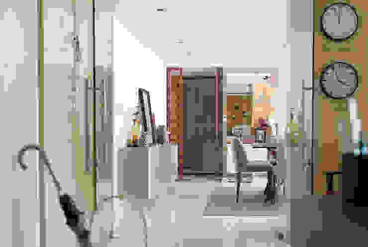 Entrada - Sala - Apartamento T2 em Cascais - SHI Studio Interior Design ShiStudio Interior Design Corredores, halls e escadas ecléticos Madeira Acabamento em madeira