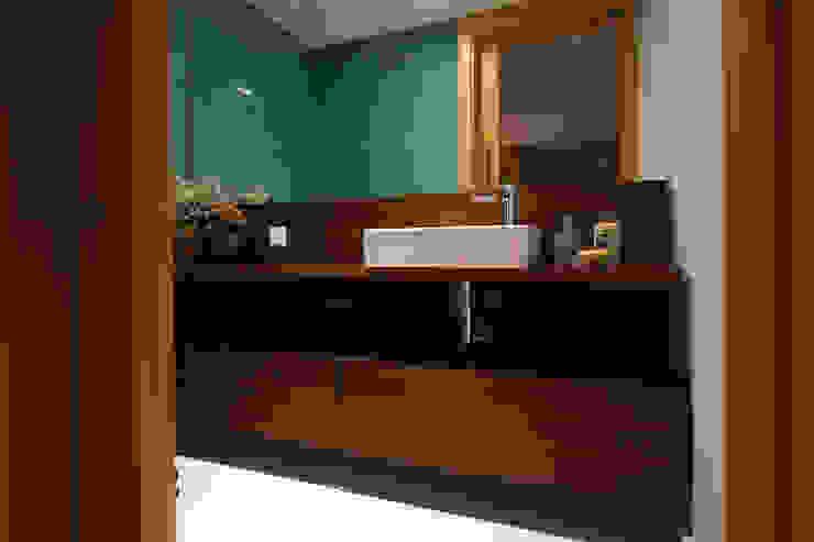 WC - Apartamento T2 em Cascais - SHI Studio Interior Design ShiStudio Interior Design Casas de banho modernas Acabamento em madeira