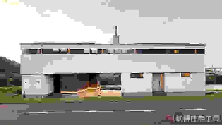 現代房屋設計點子、靈感 & 圖片 根據 納得住宅工房株式会社 Nattoku Jutaku Kobo.,Co.Ltd. 現代風