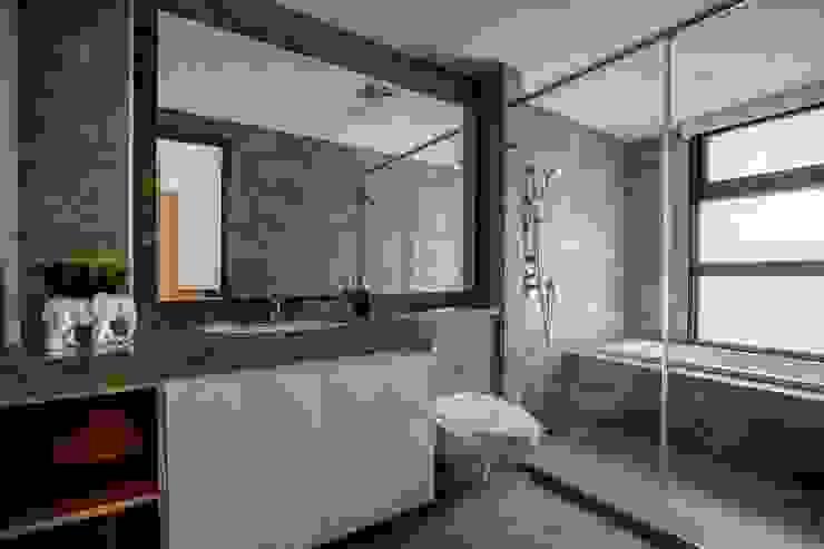 Modern bathroom by 築青室內裝修有限公司 Modern