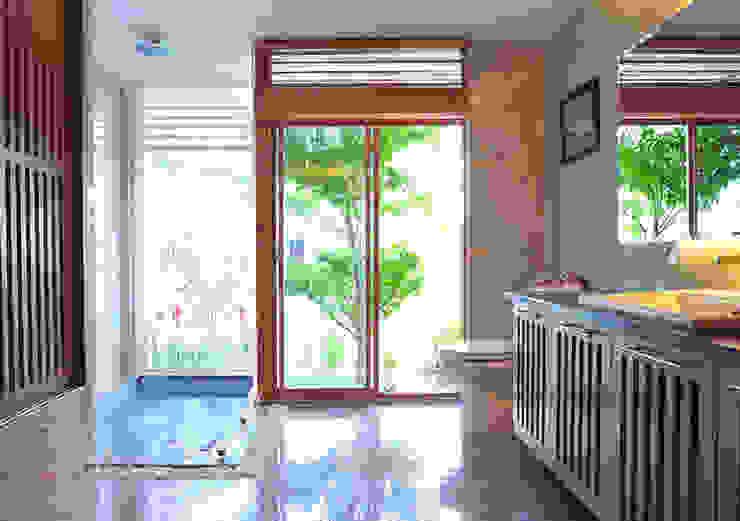 Độc Đáo Với Nhà Phố 3 Tầng Đẹp Có Thiết Kế Hồ Bơi Trên Sân Thượng Phòng tắm phong cách hiện đại bởi Công ty TNHH Xây Dựng TM – DV Song Phát Hiện đại