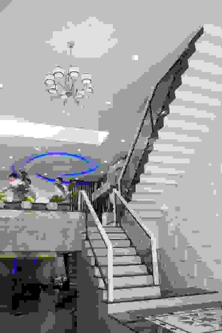 Không gian mở giữa phòng khách và bếp ăn bởi Công ty TNHH Xây Dựng TM – DV Song Phát Hiện đại