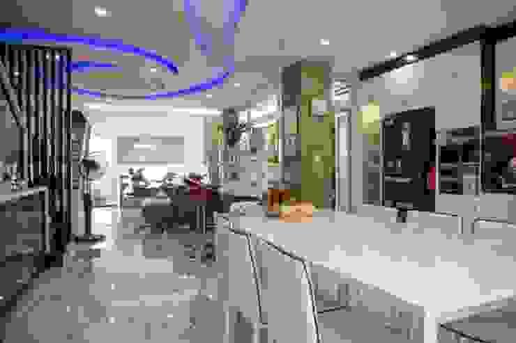 Không gian mở giữa phòng khách và bếp ăn Phòng ăn phong cách hiện đại bởi Công ty TNHH Xây Dựng TM – DV Song Phát Hiện đại