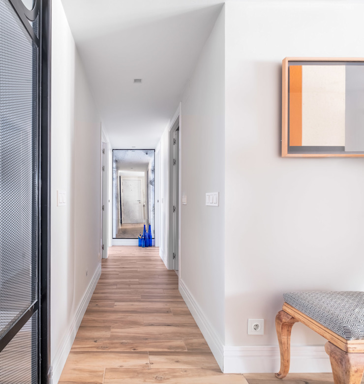 Reforma y Amueblamiento en vivienda piso en Tres Cantos Pasillos, vestíbulos y escaleras de estilo ecléctico de itta estudio Ecléctico