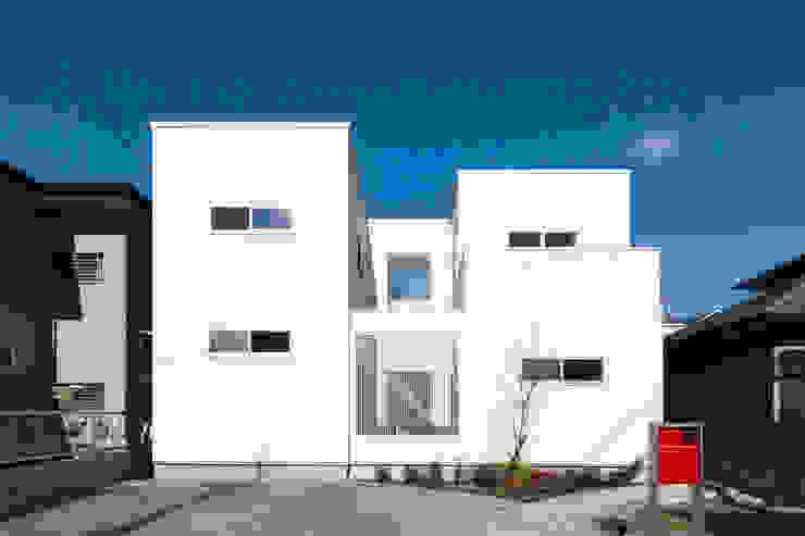 中庭で家族がつながる家: コンフォート建築設計工房が手掛けた現代のです。,モダン