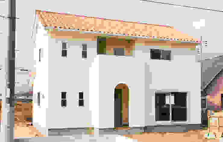 漆喰と木とナチュラルデザインの家: コンフォート建築設計工房が手掛けたカントリーです。,カントリー