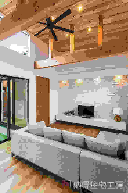 Modern Living Room by 納得住宅工房株式会社 Nattoku Jutaku Kobo.,Co.Ltd. Modern