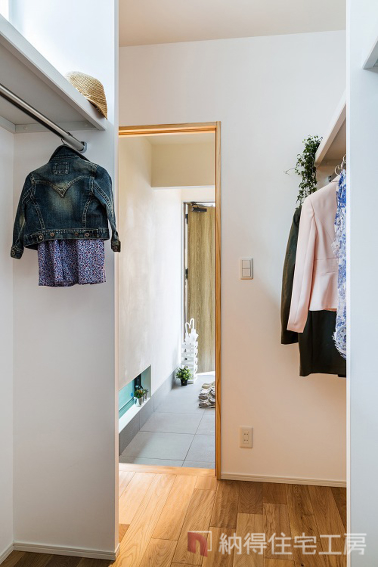 Modern Dressing Room by 納得住宅工房株式会社 Nattoku Jutaku Kobo.,Co.Ltd. Modern