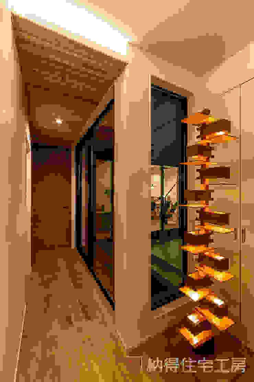 Modern Corridor, Hallway and Staircase by 納得住宅工房株式会社 Nattoku Jutaku Kobo.,Co.Ltd. Modern