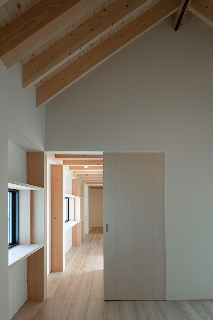 Modern corridor, hallway & stairs by 伊藤憲吾建築設計事務所 Modern Wood Wood effect