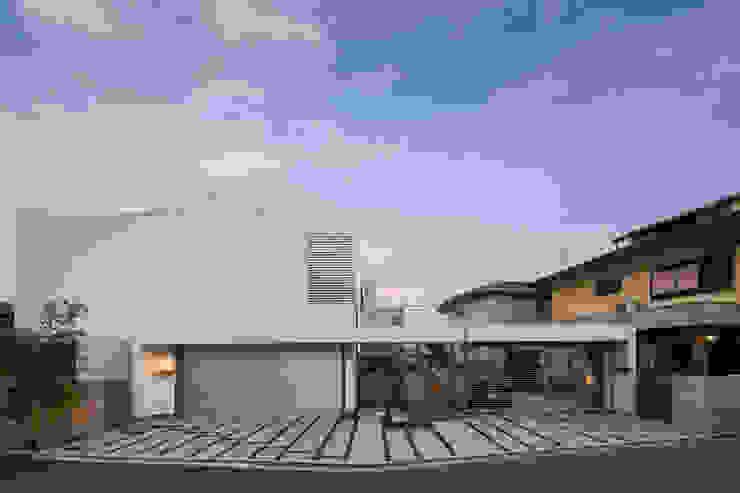 桜と暮らす家 Kenji Yanagawa Architect and Associates モダンな 家 木 白色