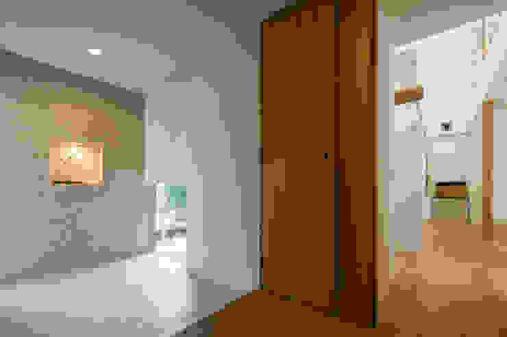 現代風玄關、走廊與階梯 根據 Kenji Yanagawa Architect and Associates 現代風 木頭 Wood effect