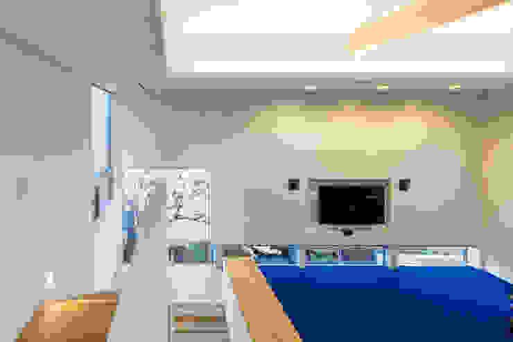 桜と暮らす家 Kenji Yanagawa Architect and Associates モダンデザインの リビング 木 青色