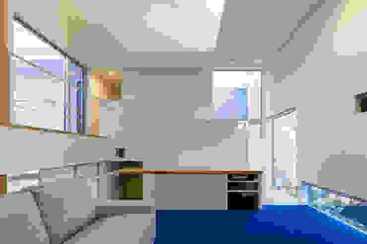 桜と暮らす家 モダンデザインの リビング の Kenji Yanagawa Architect and Associates モダン 木 木目調