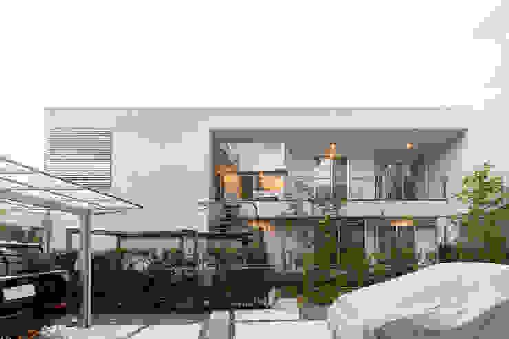 桜と暮らす家 モダンな 家 の Kenji Yanagawa Architect and Associates モダン 鉄/鋼