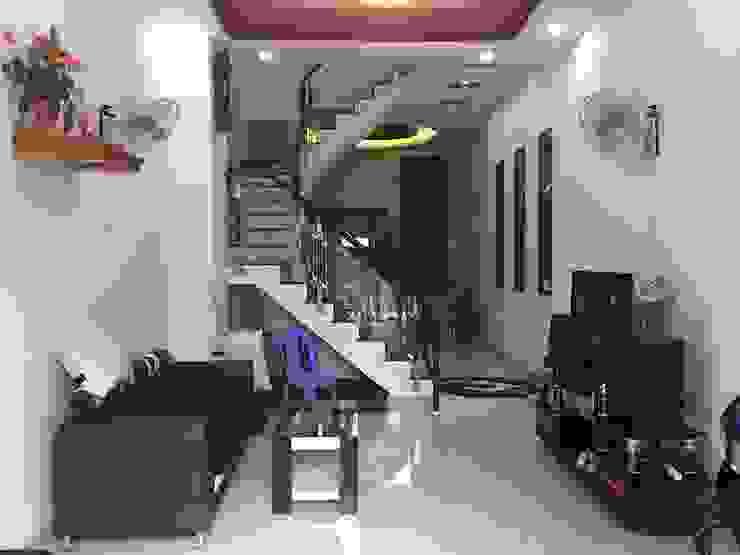 Phía trước bố trí chỗ để xe cho gia đình Phòng khách phong cách châu Á bởi Công ty TNHH TK XD Song Phát Châu Á Đồng / Đồng / Đồng thau
